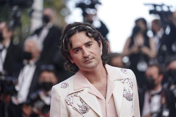 El actor Nicolas Maury posa para los fotógrafos al llegar al festival francés de cine. - Sputnik Mundo
