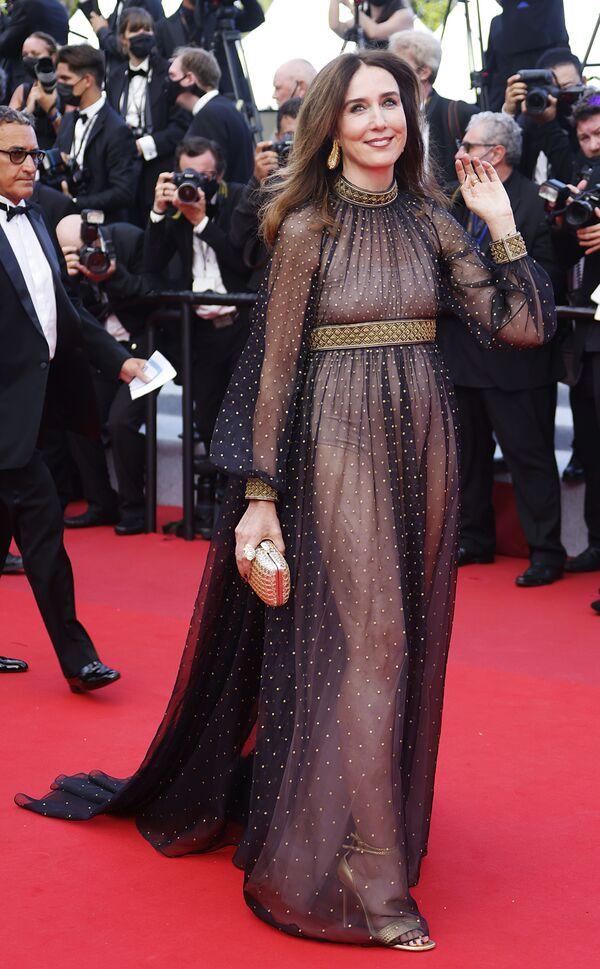La actriz Elsa Zylberstein cruza la alfombra roja del prestigioso festival de cine. - Sputnik Mundo