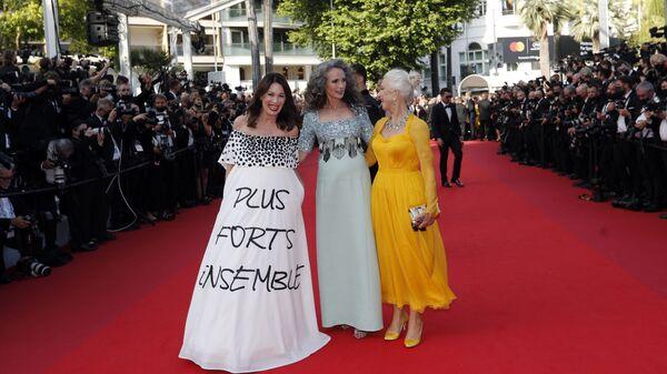 Las actrices Iris Berben, Andie MacDowell y Helen Mirren charlan en la alfombra roja de Cannes. - Sputnik Mundo