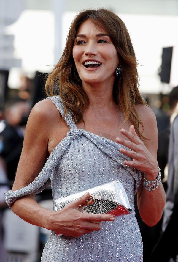 La ex primera dama de Francia y modelo Carla Bruni-Sarkozy cruza la alfombra roja de la ceremonia de apertura del Festival de Cannes. - Sputnik Mundo