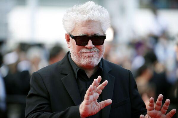 El director de cine Pedro Almodóvar saluda a los fotógrafos en la alfombra roja de Cannes. - Sputnik Mundo