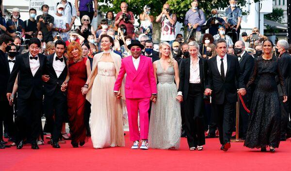El jurado del festival de este año incluye a la cantante Mylène Farmer, las actrices Maggie Gyllenhaal y Mélanie Laurent, así como los actores Tahar Rahim y Song Kang-ho. El jurado está encabezado por el director estadounidense Spike Lee. En la foto: el presidente del jurado del 74 Festival de Cine de Cannes, Spike Lee, con sus colegas en la alfombra roja de la ceremonia de apertura. - Sputnik Mundo