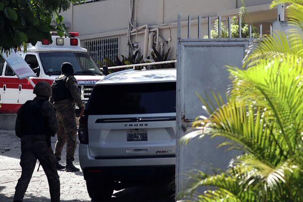 Afueras del hospital donde fue internada la primera dama de Haití, Martine Moise, el 7 de julio, luego de que un grupo armado irrumpiera en la casa donde vivía con el presidente Jovenel Moise, quien murió a causa de al menos 12 disparos con armas de fuego.  - Sputnik Mundo