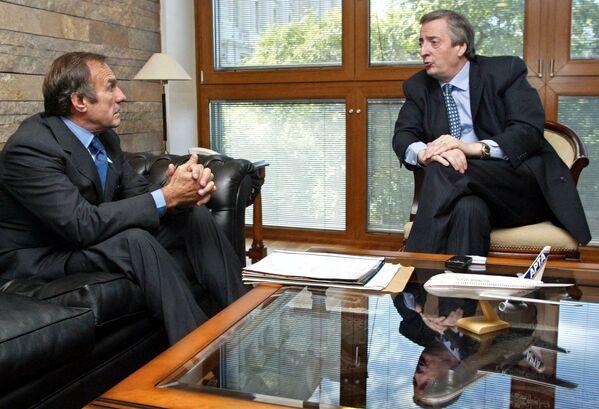 Carlos Reutemann, en su calidad de gobernador de la provincia de Santa Fe, conversando con el entonces, presidente electo de Argentina Néstor Kirchner (2003-2007). Buenos Aires, 23 de mayo de 2003. - Sputnik Mundo
