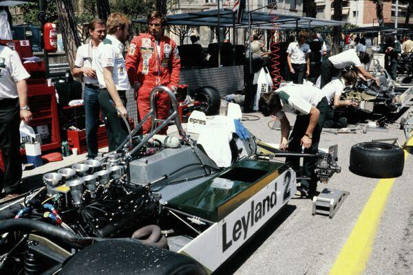 Carlos Reutemann junto a un modelo Williams FW07C durante las pruebas de la 39º edición del Gran Premio de Mónaco. Mónaco, 28 de mayo de 1981. - Sputnik Mundo