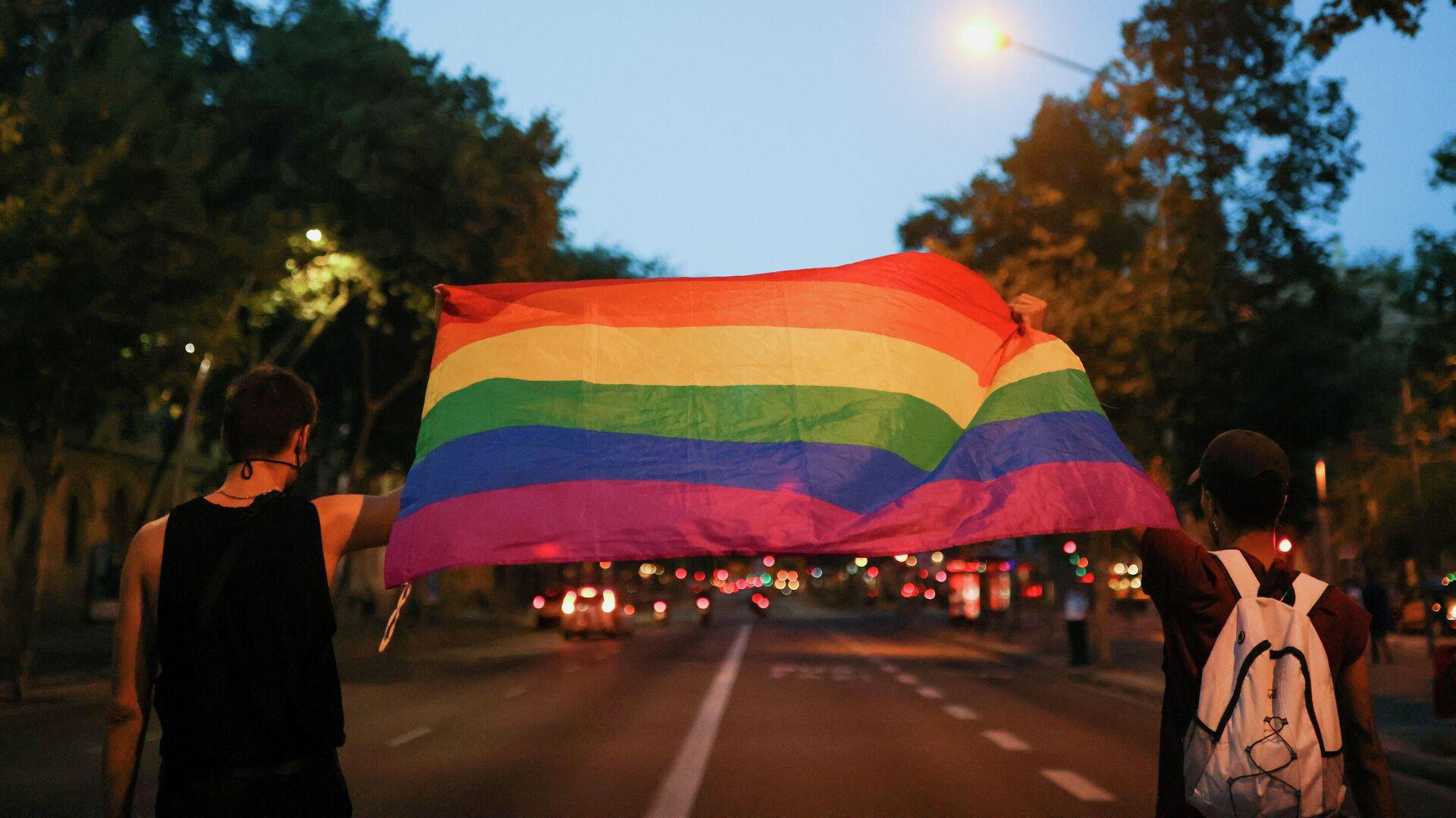 Activistas con la bandera LGBT+ protestan contra el asesinato de Samuel Luiz  - Sputnik Mundo, 1920, 08.07.2021