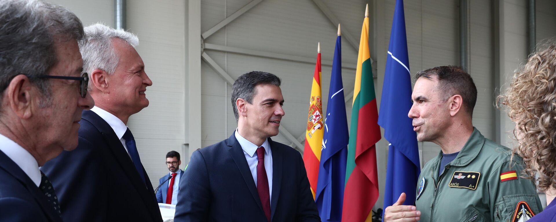 El presidente del Gobierno de España, Pedro Sánchez, durante una rueda de prensa en la base de Siauliai junto al presidente de Lituania, Gitanas Nauseda - Sputnik Mundo, 1920, 08.07.2021