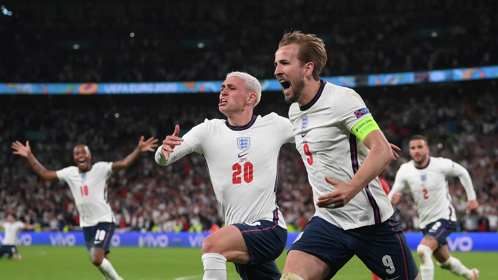 Los futbolistas ingleses Harry Kane y Phil Foden celebran su victoria en semifinales - Sputnik Mundo, 1920, 08.07.2021