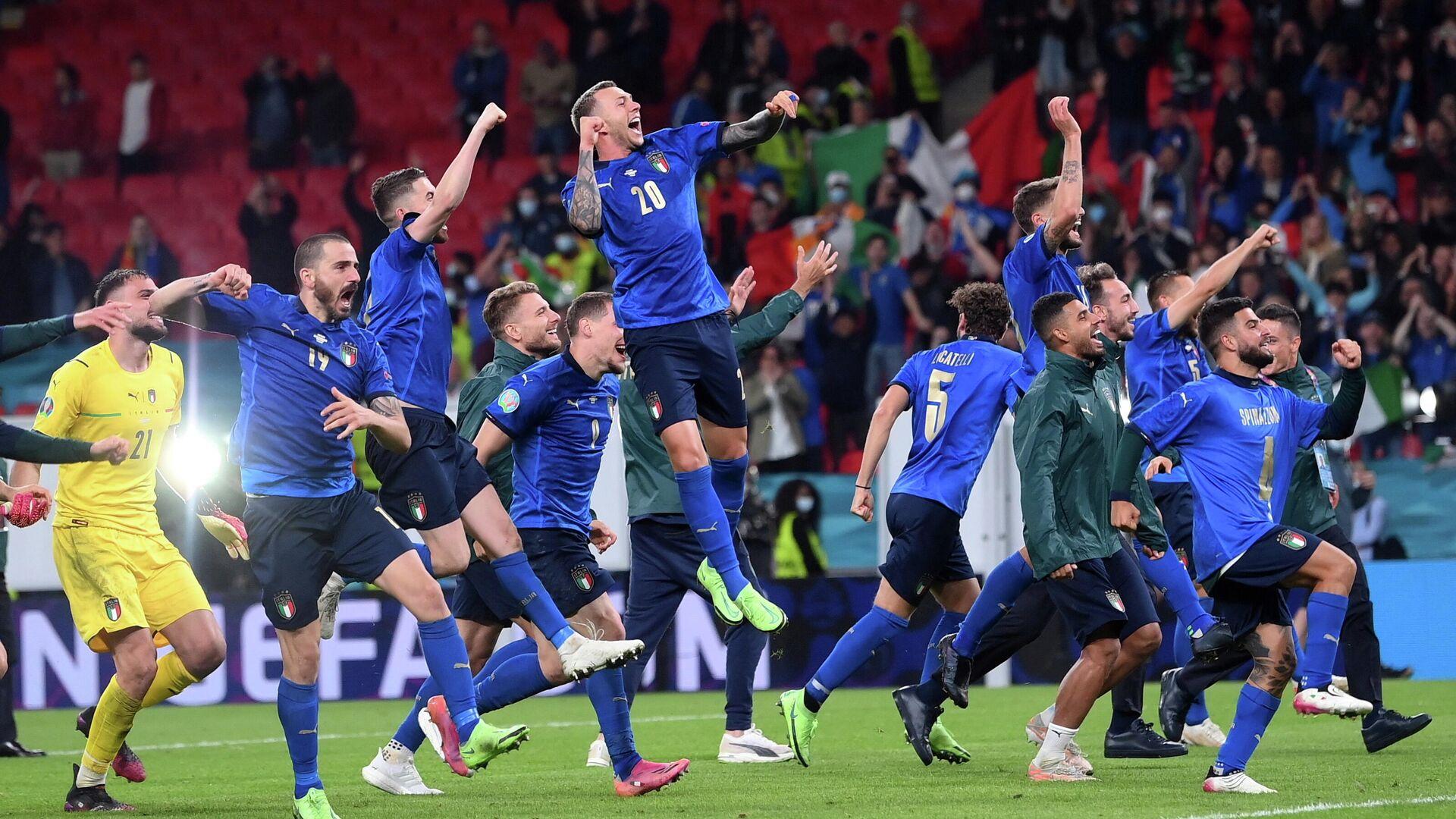 Los futbolistas italianos celebran su victoria en semifinales - Sputnik Mundo, 1920, 08.07.2021