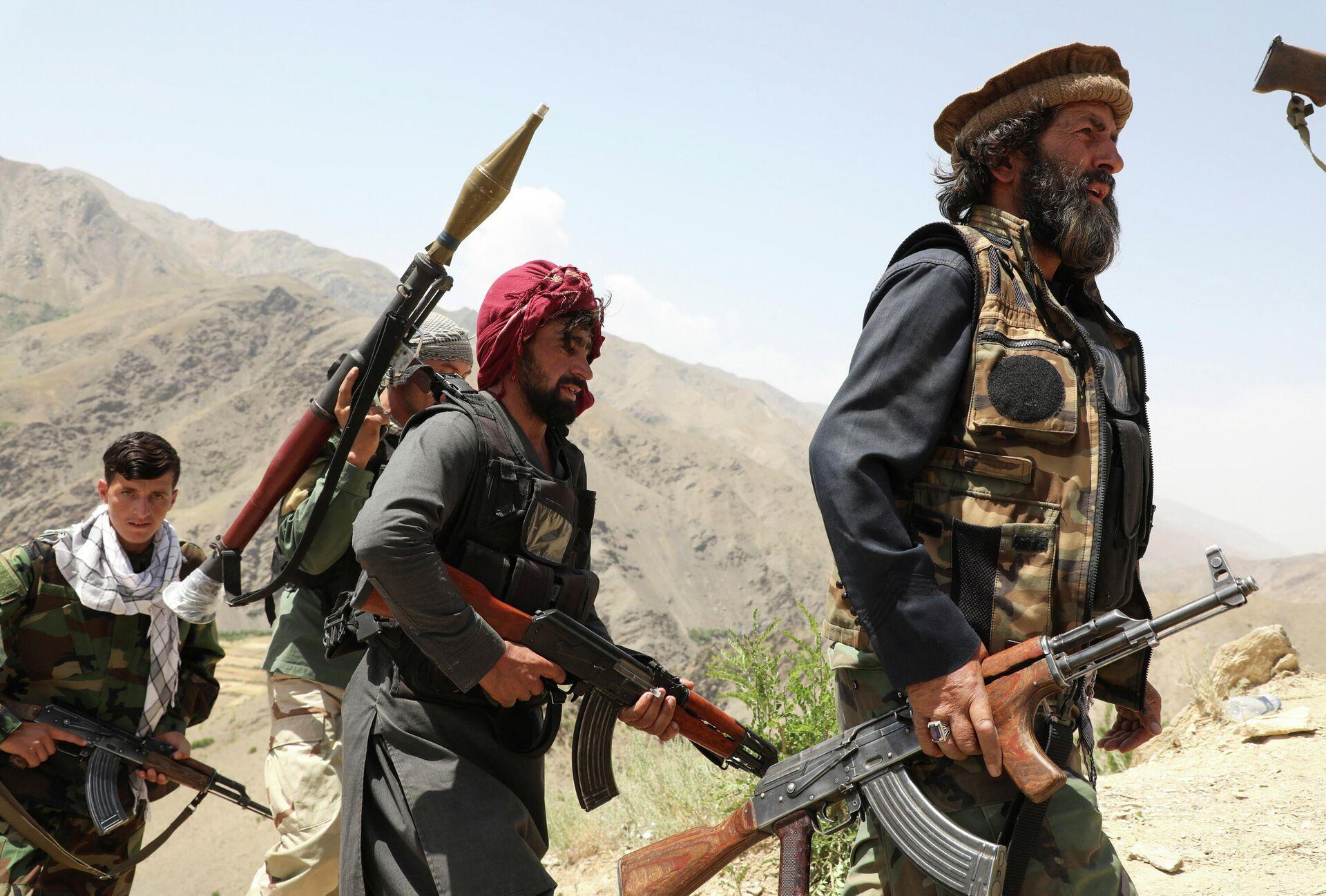 Hombres armados que están en contra de los talibanes caminan por el territorio de su puesto de control en el distrito de Ghorband, provincia de Parwan, Afganistán, el 29 de junio de 2021.  - Sputnik Mundo, 1920, 09.07.2021