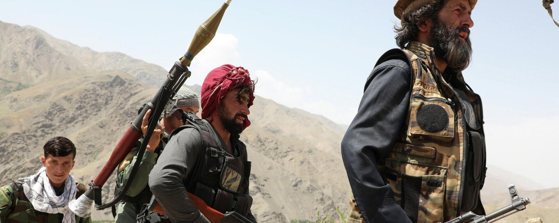 Hombres armados que están en contra de los talibanes caminan por el territorio de su puesto de control en el distrito de Ghorband, provincia de Parwan, Afganistán, el 29 de junio de 2021.  - Sputnik Mundo, 1920, 10.07.2021