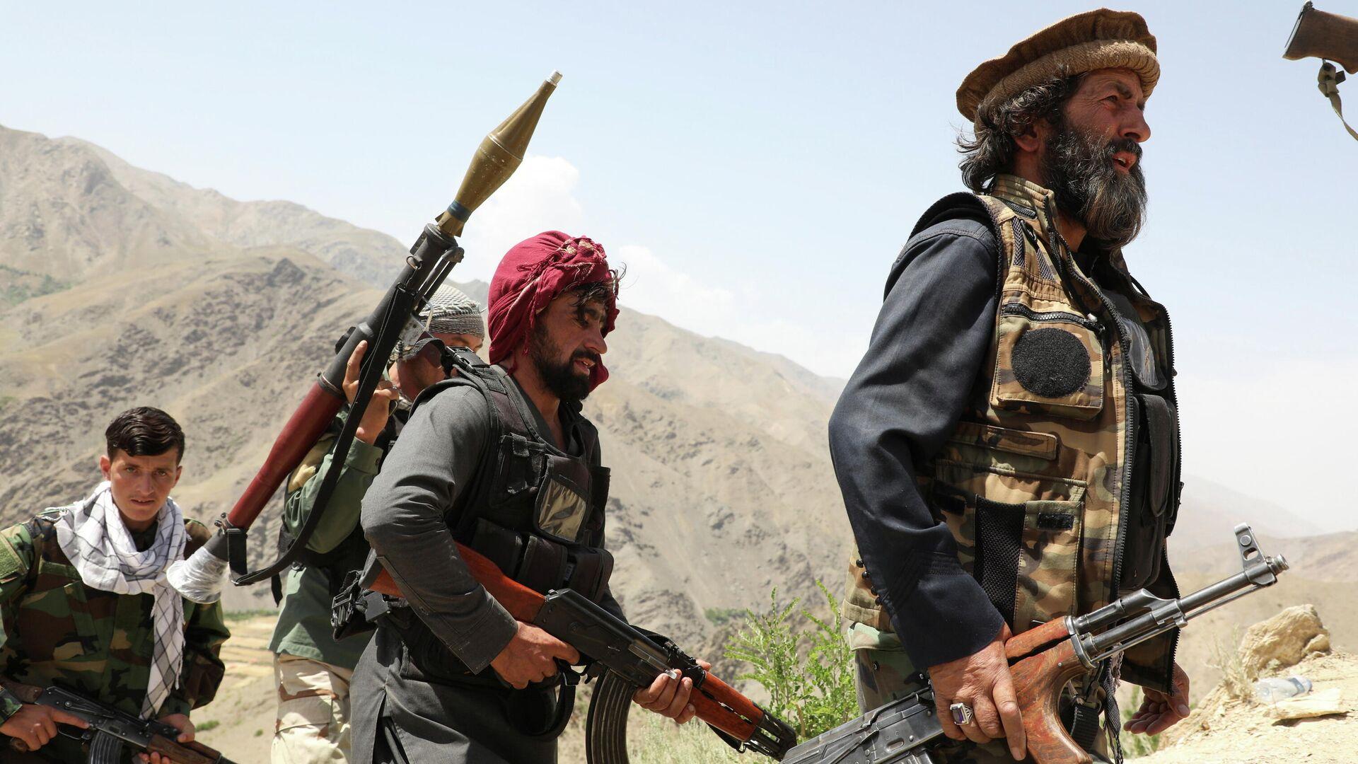 Hombres armados que están en contra de los talibanes caminan por el territorio de su puesto de control en el distrito de Ghorband, provincia de Parwan, Afganistán, el 29 de junio de 2021.  - Sputnik Mundo, 1920, 06.08.2021