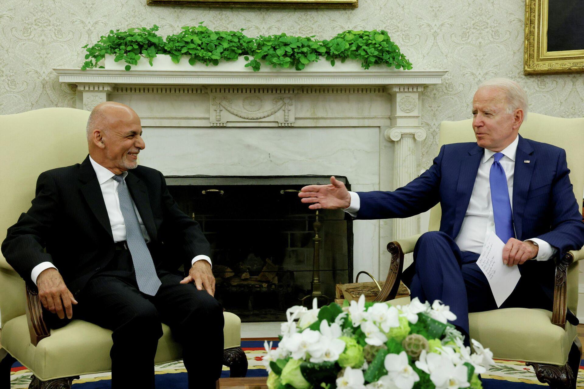 El presidente de EEUU, Joe Biden, se reúne con su homólogo afgano, Ashraf Ghani, en la Casa Blanca, Washington, Estados Unidos, el 25 de junio de 2021.  - Sputnik Mundo, 1920, 09.07.2021