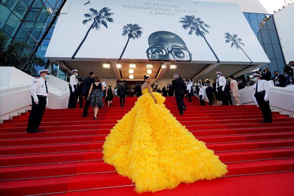 La modelo árabe Farhana Bodi en la alfombra roja de la ceremonia de inauguración del Festival Internacional de Cannes, Francia. - Sputnik Mundo