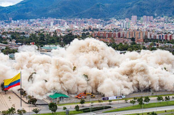 La demolición del edificio del Ministerio de Defensa de Colombia, en Bogotá, con una explosión controlada.   - Sputnik Mundo