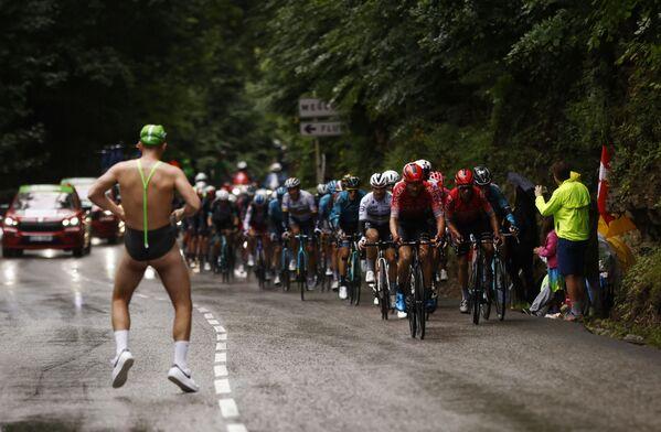 Un fan aparece de repente en una pista en la etapa Cluses-Tignes del Tour de Francia. - Sputnik Mundo