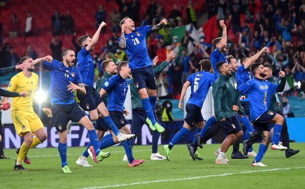Los futbolistas de la selección italiana se felicitan por llegar a la final de la Eurocopa 2020 en el estadio Wembley de Londres.  - Sputnik Mundo