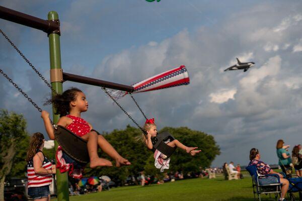 Unos niños juegan en el columpio el Día de la Independencia de EEUU en una orilla del lago Mandeville, en el estado de Luisiana.  - Sputnik Mundo