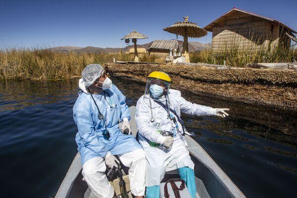Unos médicos se dirigen a los Uros en el lago Titicaca de Perú para vacunar a los nativos contra el coronavirus.  - Sputnik Mundo