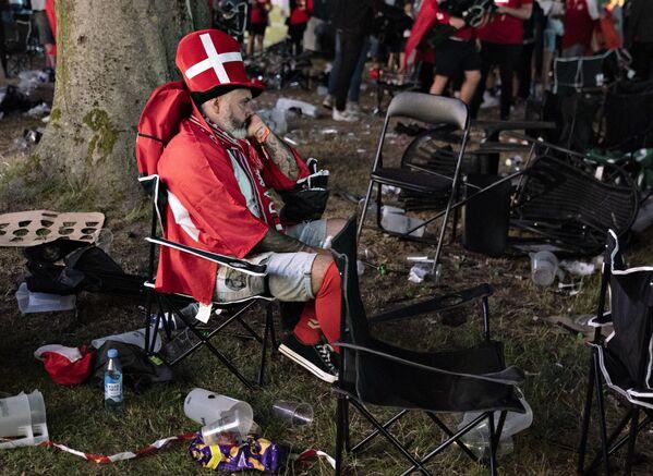 Un hincha danés en Kildeparken en Aalborg, Dinamarca, tras la derrota de su selección en la semifinal de la Eurocopa 2020 contra el Reino Unido.   - Sputnik Mundo