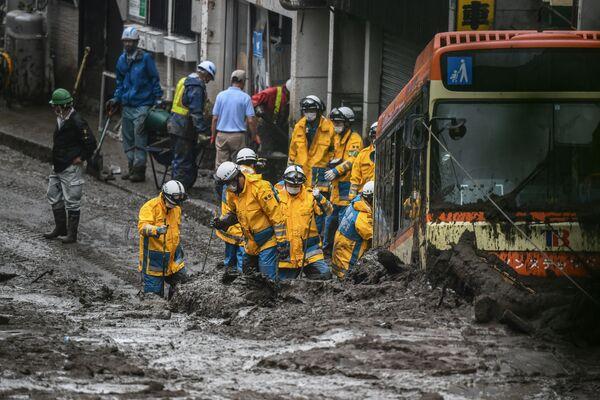 Las labores de búsqueda de los desaparecidos tras el deslizamiento de tierras en la prefectura de Shizuoka, en Japón.  - Sputnik Mundo