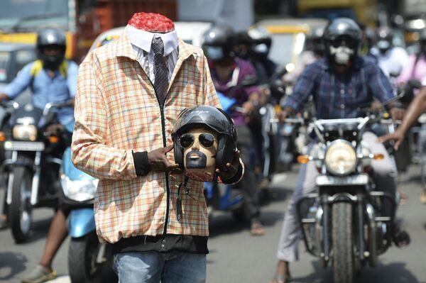 Un voluntario durante una campaña de seguridad vial en Chennai, la India.  - Sputnik Mundo