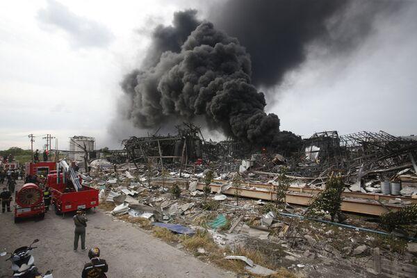 Unos bomberos extinguen el fuego en el lugar de una explosión en la provincia de Samut Prakan, Tailandia. - Sputnik Mundo