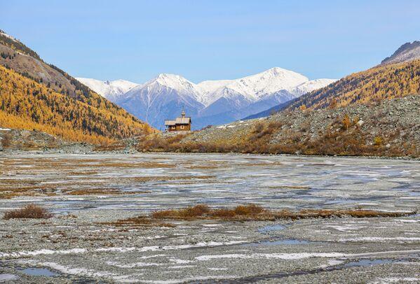 La foto La isla de la esperanza, de Iván Lukasevich, muestra una capilla construida frente al punto más alto del monte Beluja (4.509 metros) en memoria de los alpinistas, turistas y socorristas que nunca regresaron de las montañas. - Sputnik Mundo