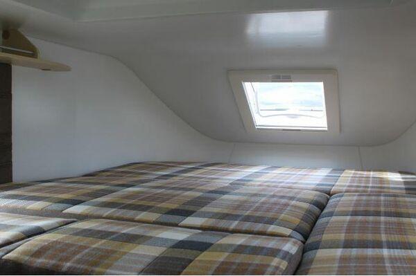 Vista del salón configurado como un dormitorio con una cama doble - Sputnik Mundo