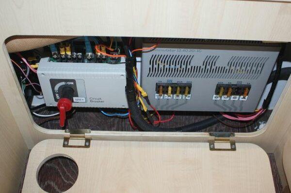 La batería con el convertidor de corriente instalado en la furgoneta campera sobre la base de un Lada Niva - Sputnik Mundo