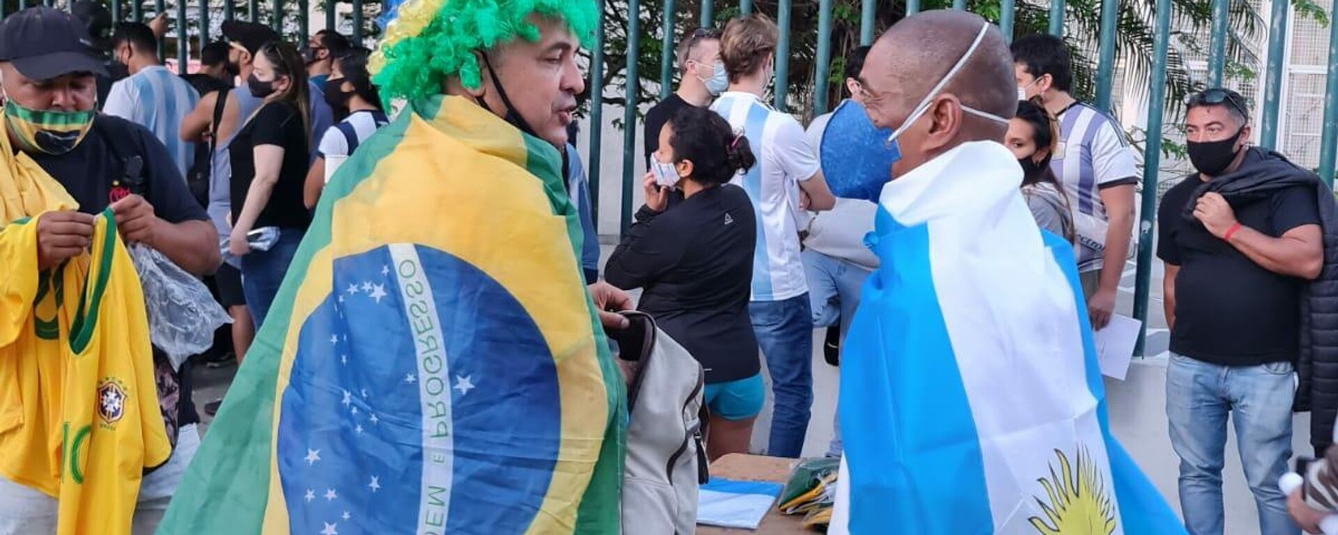 Brasileños y argentinos hacen cola a las puertas del estadio de Maracaná - Sputnik Mundo, 1920, 10.07.2021