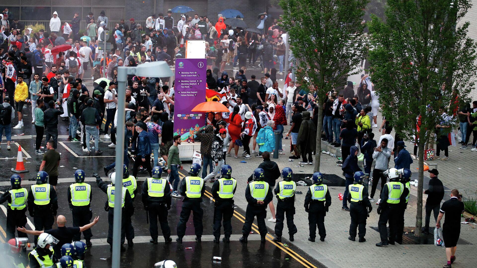 Los aficionados ingleses y policías se ven fuera de estadio de Wembley - Sputnik Mundo, 1920, 11.07.2021