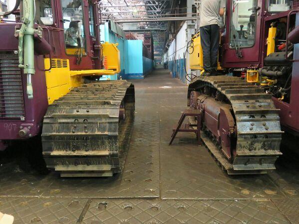 Las máquinas de Chetra pueden configurarse con dos opciones de oruga. A la izquierda, la oruga para pantano; a la derecha, la oruga estándar. - Sputnik Mundo