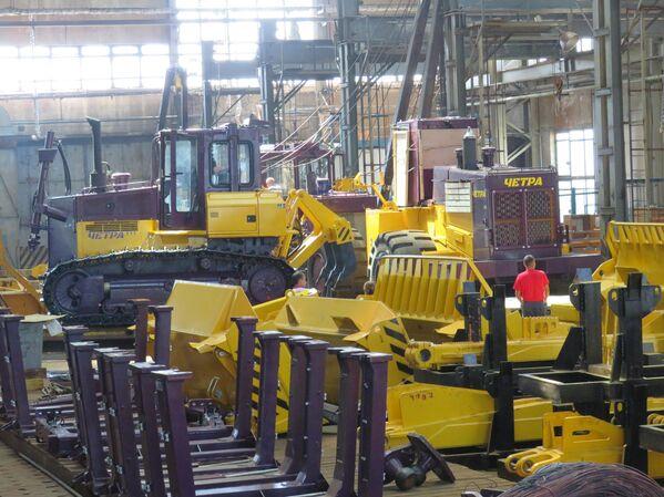 Algunas máquinas en la fábrica de Chetra se preparan para el envío a sus compradores. - Sputnik Mundo