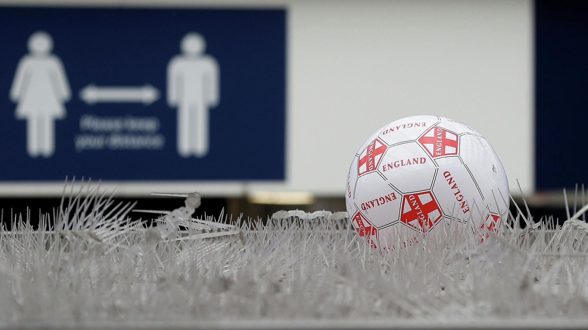 Una pelota cerca de la estación de Waterloo al día siguiente de la final de Eurocopa 2020 - Sputnik Mundo, 1920, 12.07.2021