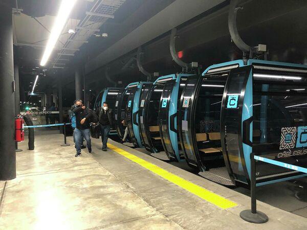 Unos pasajeros salen de un Cablebús tras un viaje en el sistema de transporte. - Sputnik Mundo