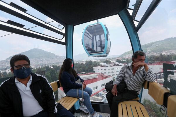 Unos pasajeros en el interior de una cabina del Cablebús. - Sputnik Mundo