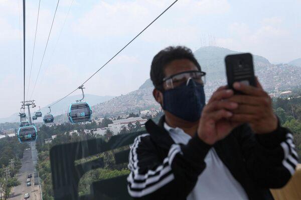 Una persona se hace un selfie durante un viaje el día de la inauguración del sistema teleférico mexicano. - Sputnik Mundo