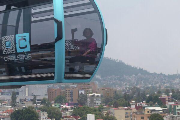 Una pasajera se hace una fotografía en una cabina del nuevo funicular de Ciudad de México. - Sputnik Mundo