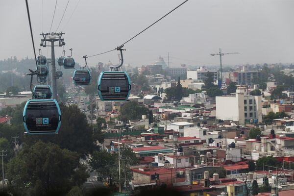 Unas cabinas del Cablebús se desplazan sobre la capital de México. - Sputnik Mundo