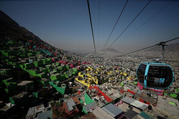 Una cabina del sistema de transporte público Cablebús se desplaza sobre la Ciudad de México. - Sputnik Mundo