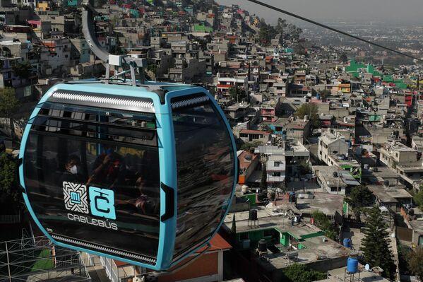 Una cabina del Cablebús sobrevuela la Ciudad de México. - Sputnik Mundo