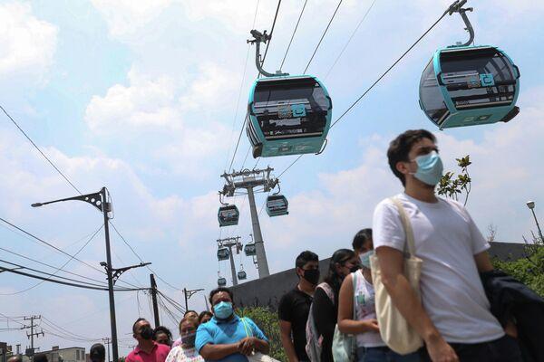 Unos pasajeros hacen fila para viajar en el nuevo sistema teleférico mexicano. - Sputnik Mundo