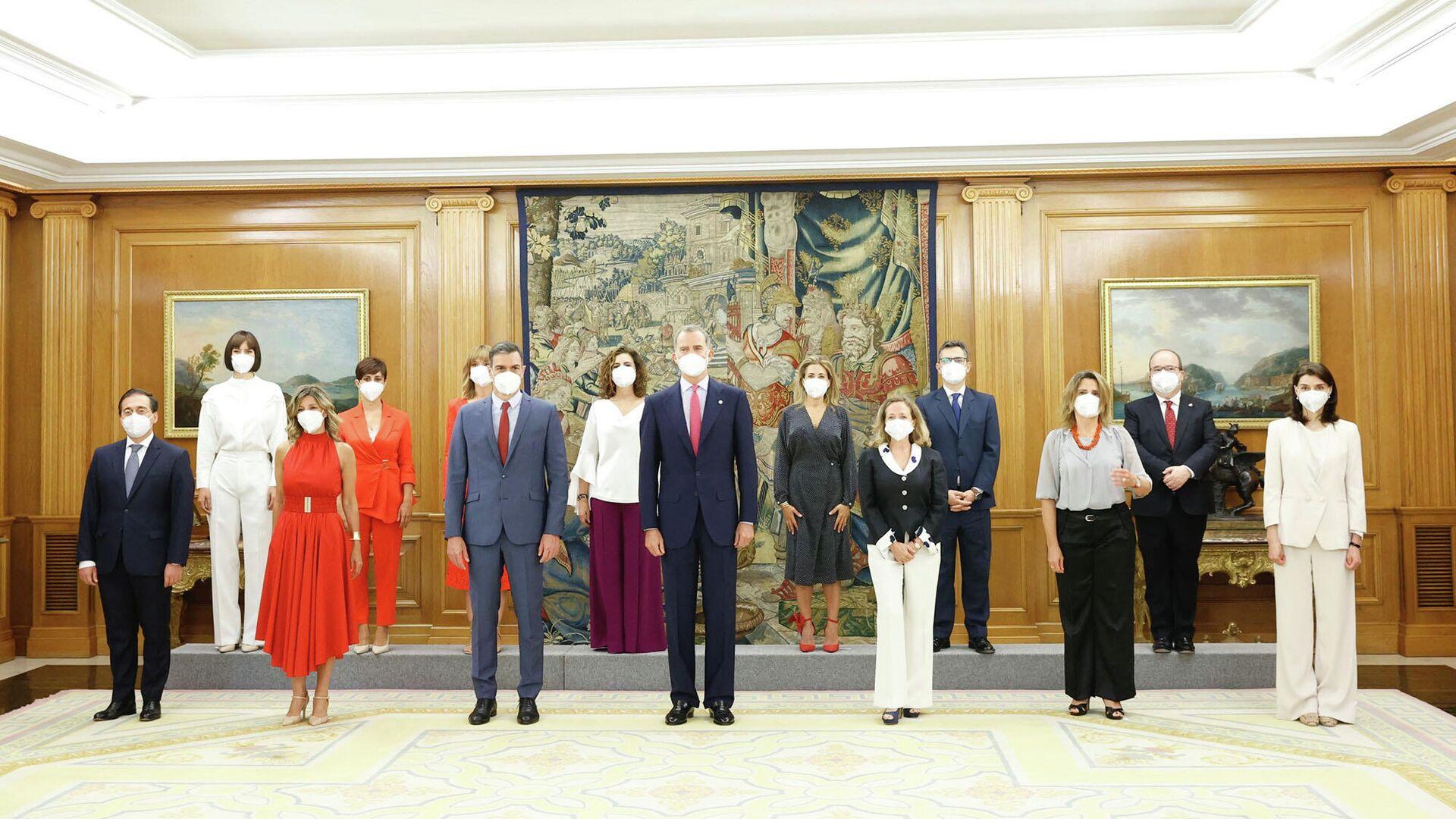 El rey Felipe VI, el presidente del Gobierno, Pedro Sánchez, las vicepresidentas, y los nuevos ministros y ministras - Sputnik Mundo, 1920, 12.07.2021