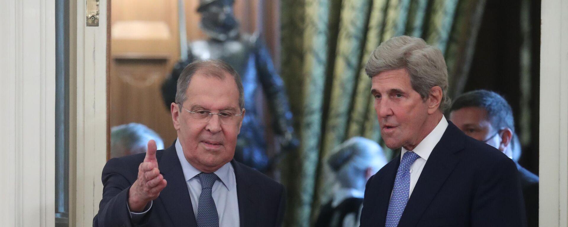 El canciller ruso, Serguéi Lavrov,  con el enviado especial estadounidense para el clima, John Kerry - Sputnik Mundo, 1920, 12.07.2021