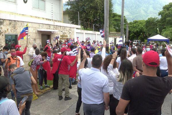Militantes venezolanos se solidarizan frente a la sede de la embajada de Cuba en Caracas - Sputnik Mundo