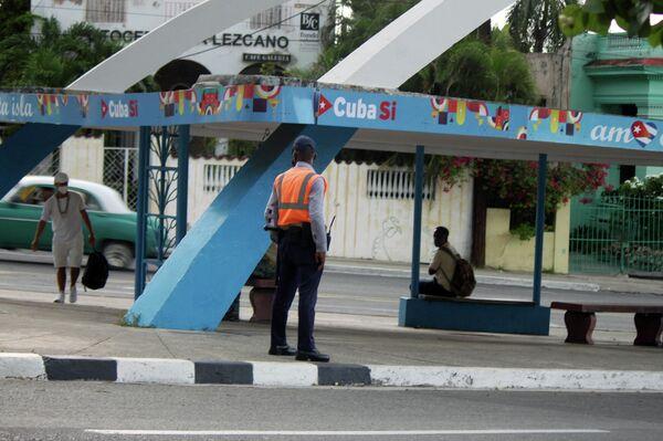 Un policía cubano en la intersección de 41 y 42, Playa, La Habana - Sputnik Mundo
