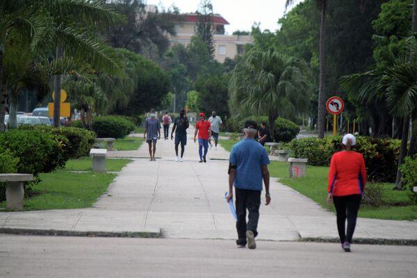 Transeúntes en la 5ta Avenida, municipio Playa, La Habana - Sputnik Mundo