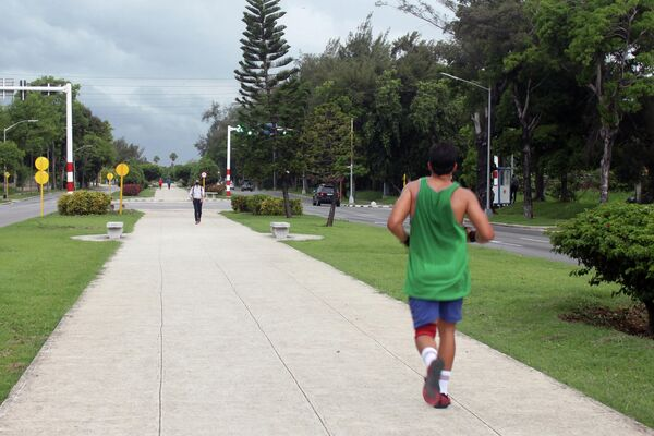 Transeúntes y personas ejercitan en la 5ta Avenida, municipio Playa, La Habana - Sputnik Mundo