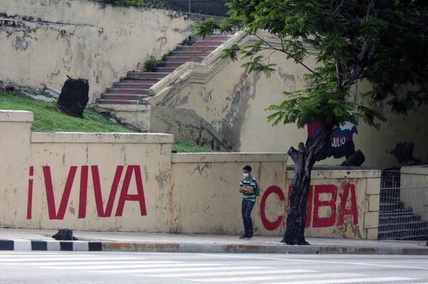 Transeúnte en la calle 23, La Habana - Sputnik Mundo